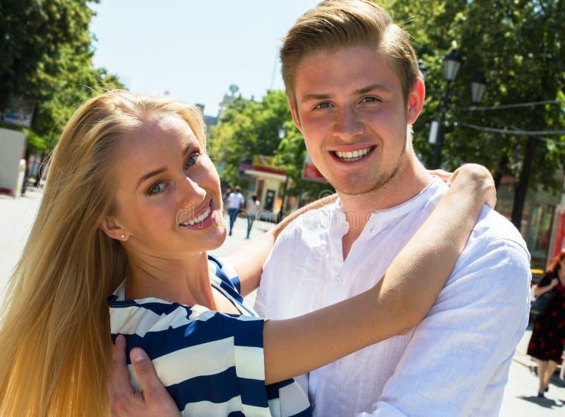 Porträt eines glücklichen Paars, das über Kamera lacht lizenzfreies stockbild