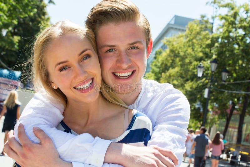 Porträt eines glücklichen Paars, das über Kamera lacht lizenzfreie stockfotografie