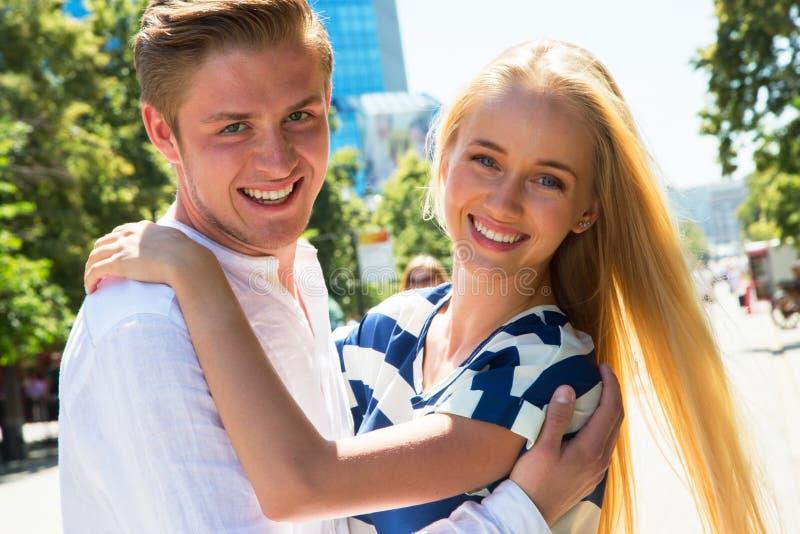 Porträt eines glücklichen Paars, das über Kamera lacht stockfotos