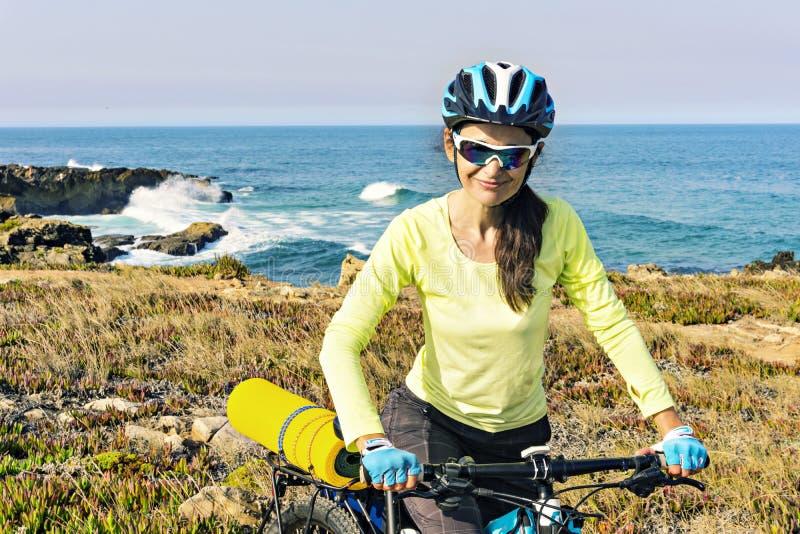 Porträt eines glücklichen touristischen Radfahrers auf dem Hintergrund von Ozean, stockfotografie