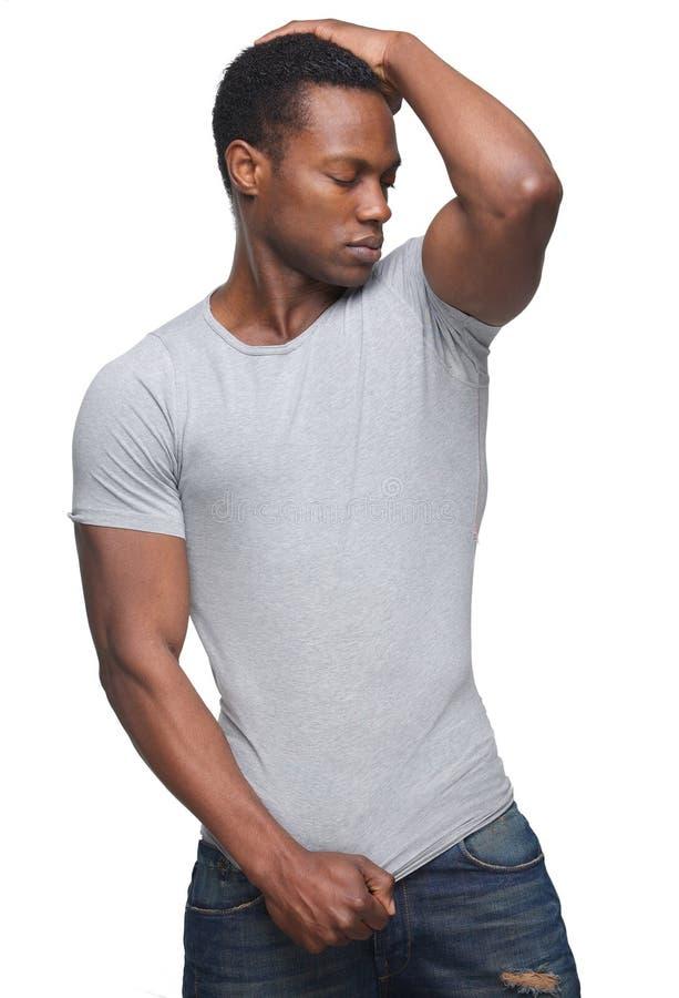 Hübscher Afroamerikaner-Mann mit der Hand zum Kopf lizenzfreies stockfoto