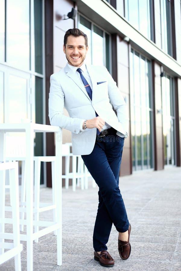 Porträt eines hübschen Geschäftsmannes in der städtischen Landschaft lizenzfreie stockfotos