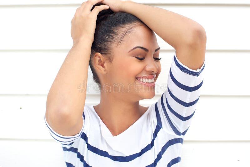 Porträt eines hübschen hispanischen Mädchens, das auf weißem Hintergrund lächelt lizenzfreie stockbilder