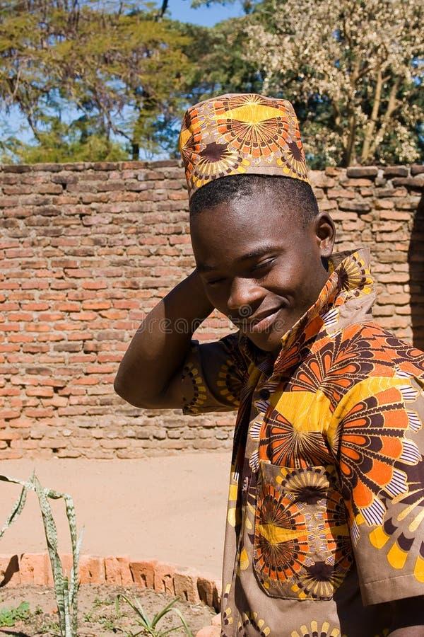 Porträt eines hübschen jungen afrikanischen Mannes stockfotos