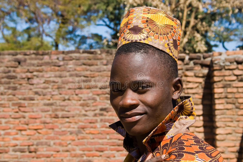 Porträt eines hübschen jungen afrikanischen Mannes stockbild