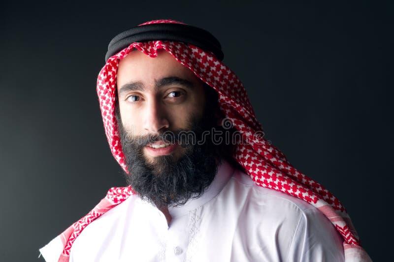 Porträt eines hübschen jungen arabischen Mannes mit einem buschigen Bart lizenzfreie stockbilder