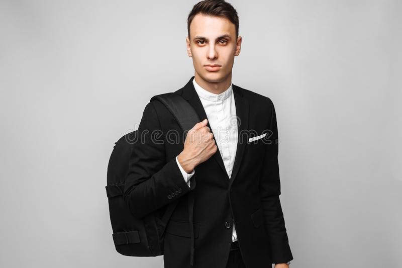 Porträt eines hübschen jungen Geschäftsmannes, Mann, in einer klassischen Querstation stockfoto