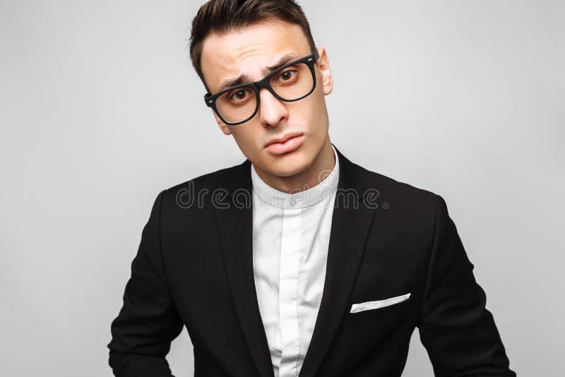 Porträt eines hübschen jungen Geschäftsmannes, Mann, in einer klassischen Querstation lizenzfreie stockbilder