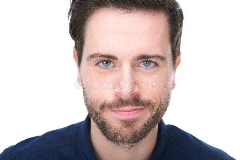 Porträt eines hübschen jungen Mannes mit dem Bartlächeln stockfotos