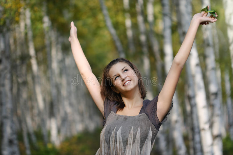 Porträt eines hübschen lächelnden jugendlich Mädchens in Herbst p lizenzfreie stockfotografie