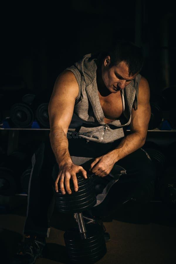 Porträt eines hübschen muskulösen Bodybuilders lizenzfreie stockfotografie