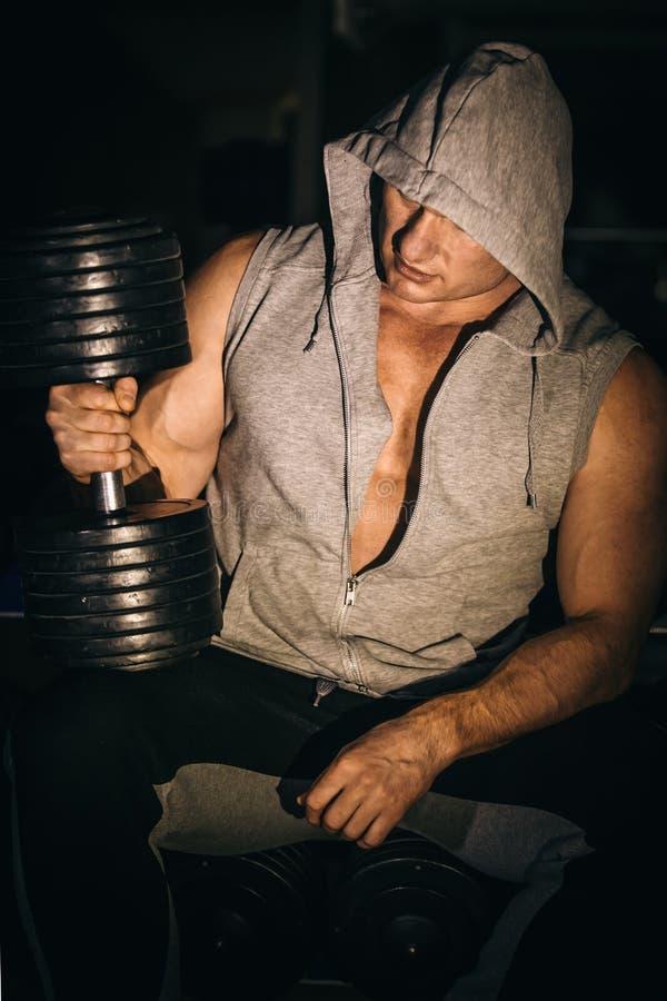 Porträt eines hübschen muskulösen Bodybuilders im Hoodie lizenzfreies stockbild