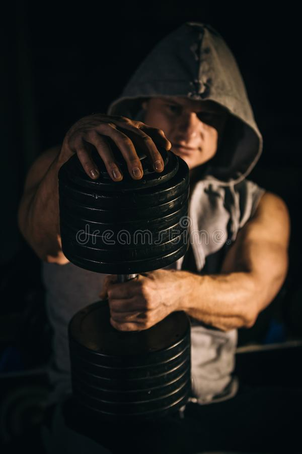 Porträt eines hübschen muskulösen Bodybuilders im Hoodie stockfotos