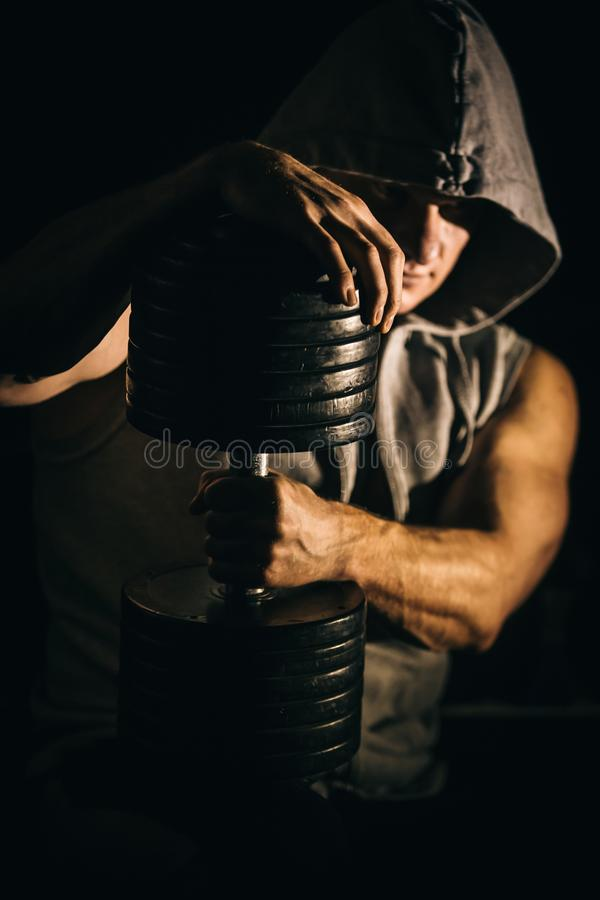 Porträt eines hübschen muskulösen Bodybuilders im Hoodie lizenzfreie stockfotos