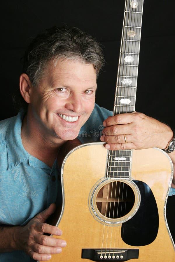 Porträt des hübschen Gitarristen lizenzfreie stockfotografie