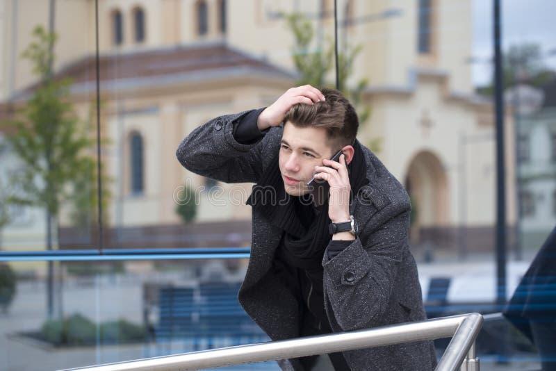 Porträt eines hübschen und attraktiven jungen Mannes draußen lizenzfreies stockfoto