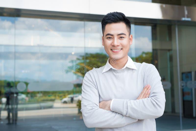 Porträt eines hübscher überzeugter asiatischer Mann äußeren Buidlings stockbild