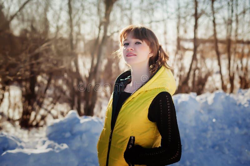 Porträt eines herrlichen schönen Mädchens in der Natur im Frühjahr an einem sonnigen Tag lizenzfreies stockbild