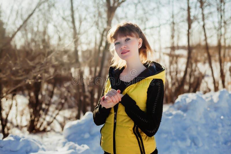 Porträt eines herrlichen schönen Mädchens in der Natur im Frühjahr an einem sonnigen Tag lizenzfreie stockfotografie