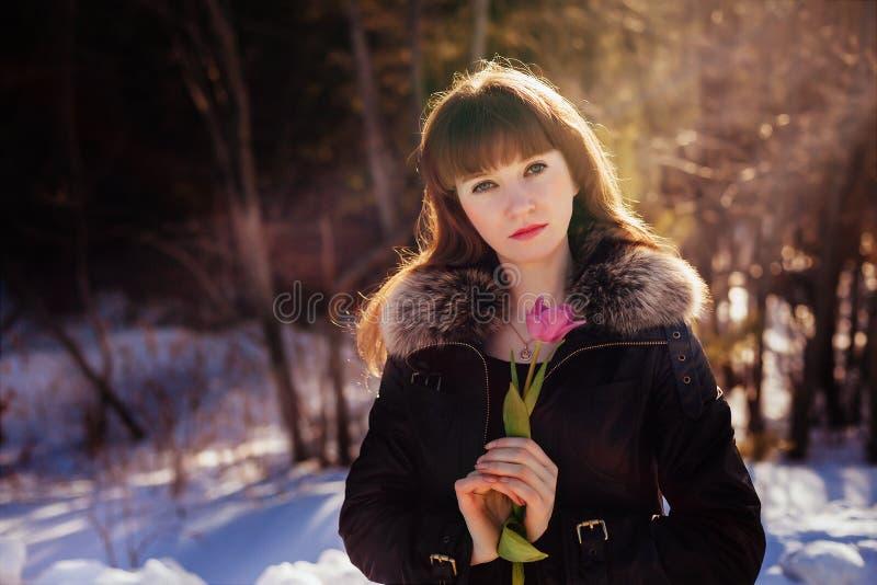 Porträt eines herrlichen schönen Mädchens in der Natur im Frühjahr mit einer Tulpe in ihren Händen lizenzfreie stockfotos