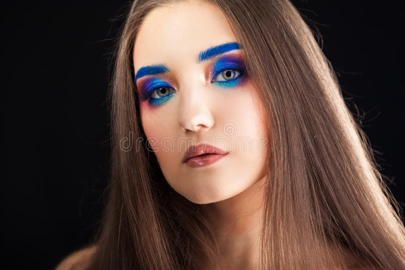 Porträt eines herrlichen schönen Mädchens mit dem langen Haar und den blauen rauchigen Augen lizenzfreie stockfotos
