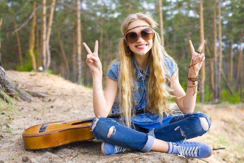 Porträt eines Hippiemädchens im Wald stockbilder