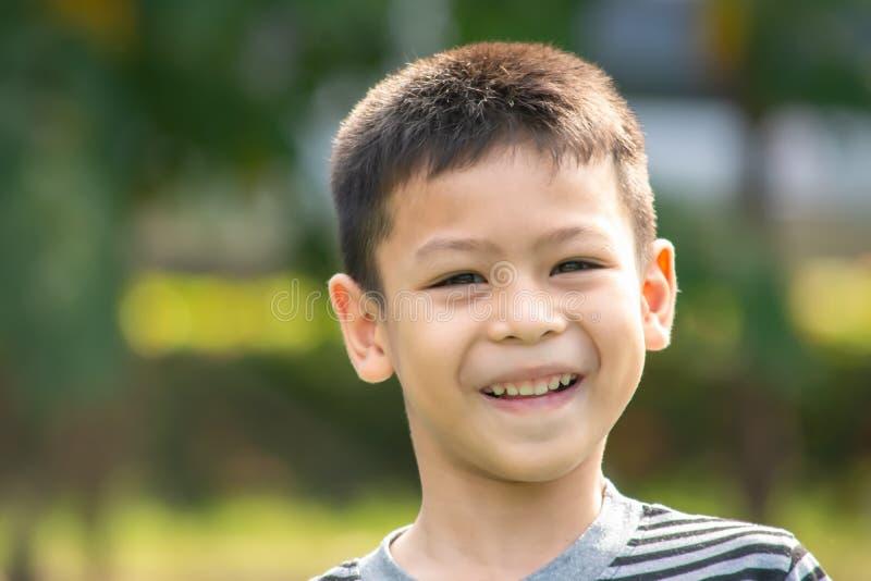 Porträt eines Jungen Asien, glücklich lachend und lächeln im Park stockfotos