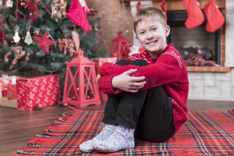 Porträt eines Jungen auf Weihnachtsabend lizenzfreies stockfoto