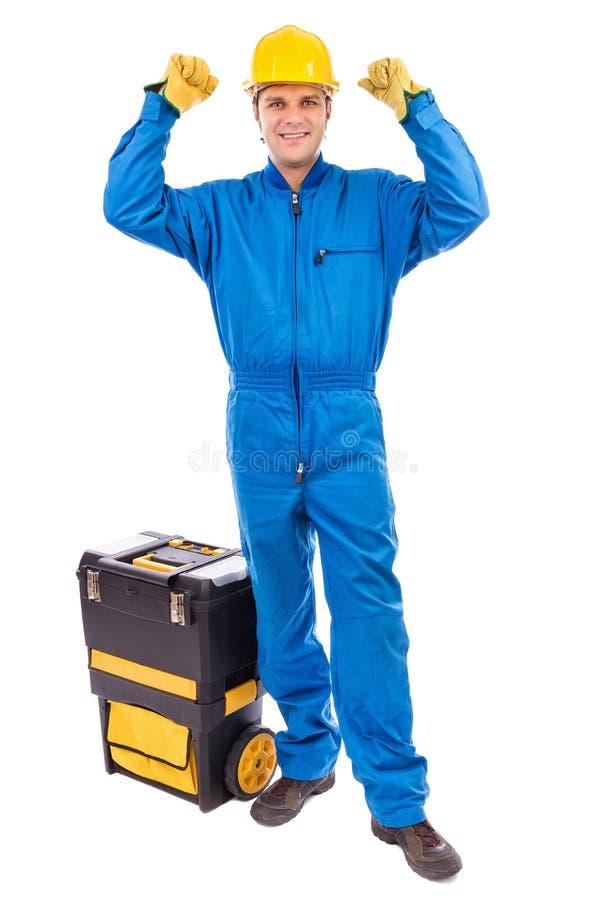 Porträt eines jungen Bauarbeiters mit seinem Werkzeugkastenanheben lizenzfreie stockfotografie