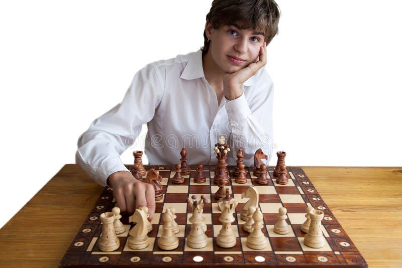 Porträt eines Jungen, der Schach spielt stockfoto