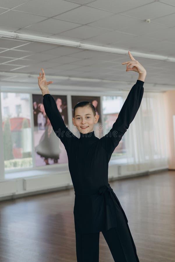 Porträt eines Jungen, der an Tanzen teilnimmt stockbild