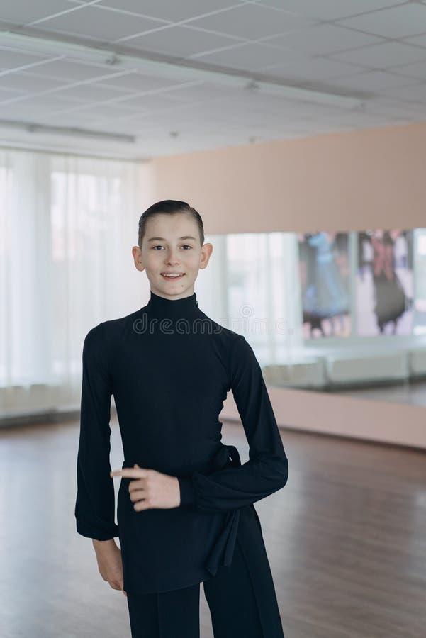 Porträt eines Jungen, der an Tanzen teilnimmt lizenzfreie stockfotografie