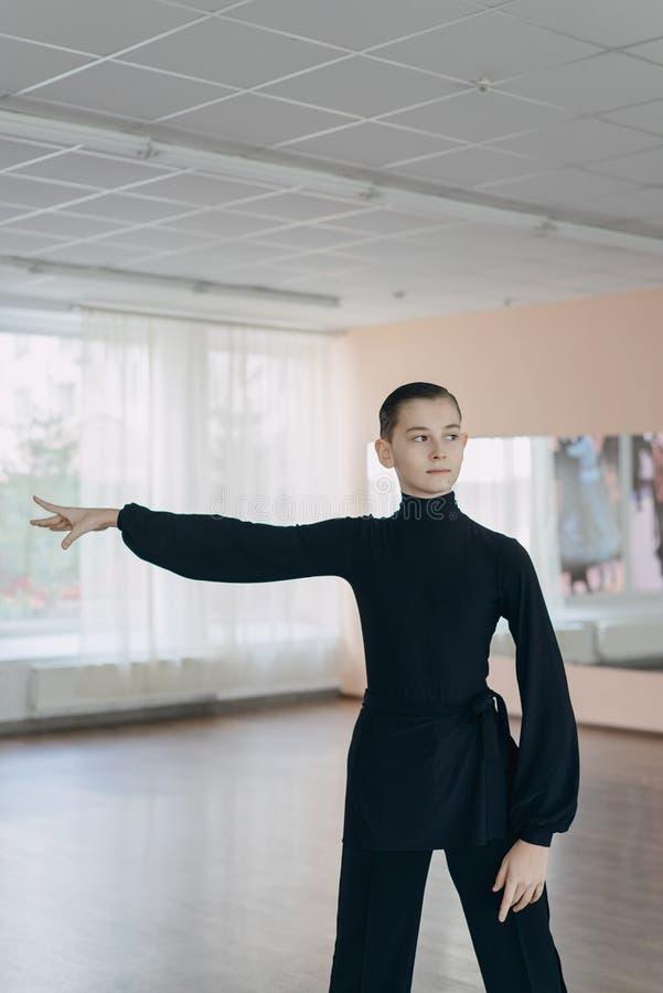 Porträt eines Jungen, der an Tanzen teilnimmt lizenzfreies stockfoto