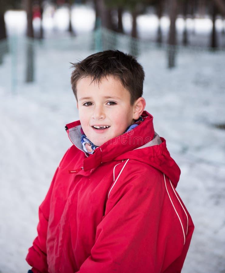 Porträt eines Jungen in der Winternahaufnahme lizenzfreies stockfoto