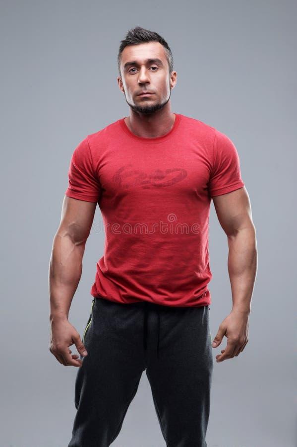 Porträt eines jungen ernsten Mannes lizenzfreie stockbilder