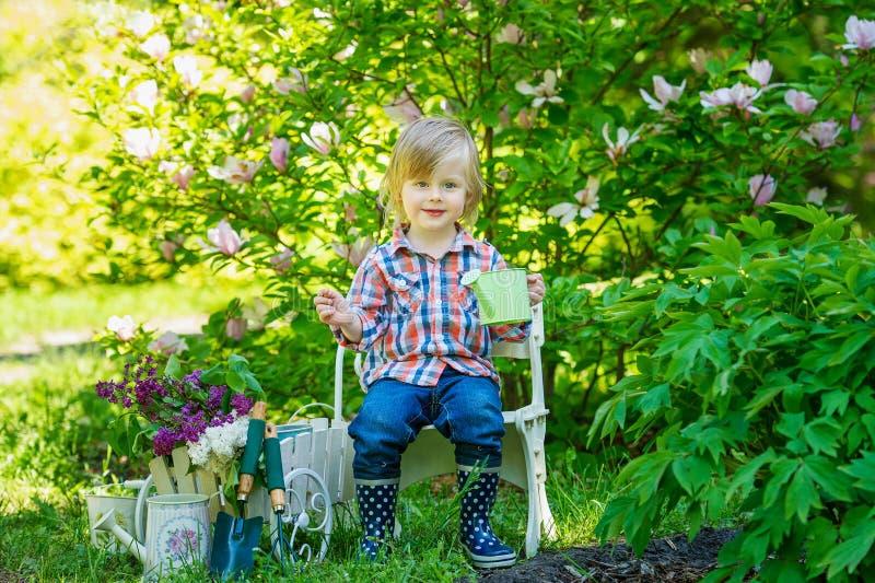 Porträt eines jungen Gärtners stockbild