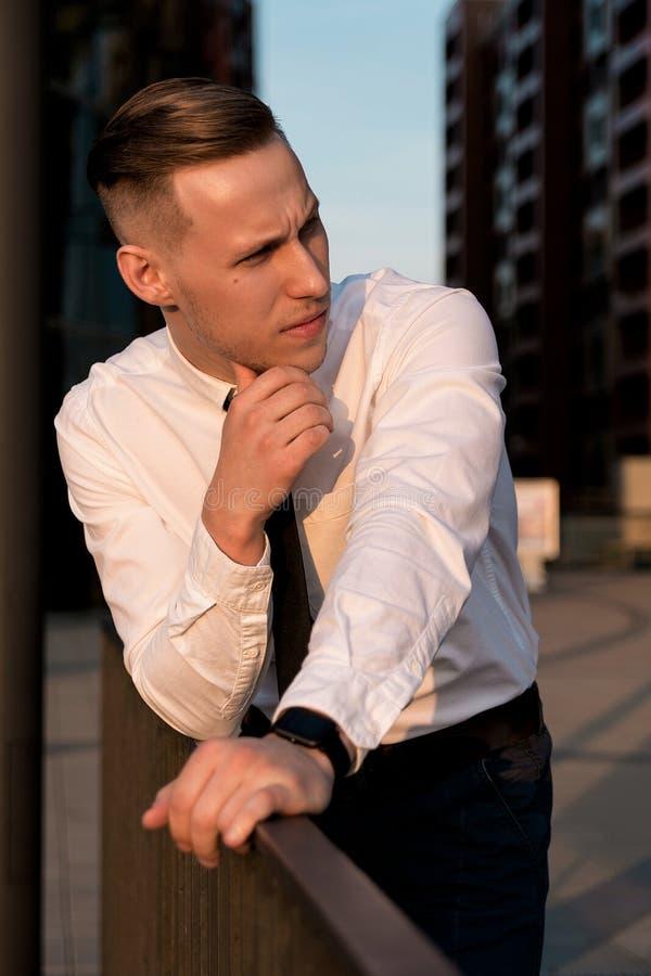 Porträt eines jungen Geschäftsmannes auf der Straße lizenzfreie stockfotografie
