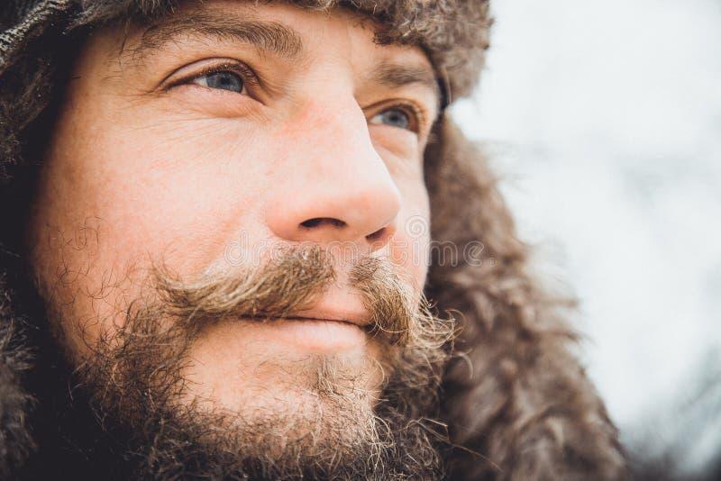 Porträt eines jungen gutaussehenden Mannes mit einem Bart Ein Personenabschluß oben eines bärtigen Mannes stockbild