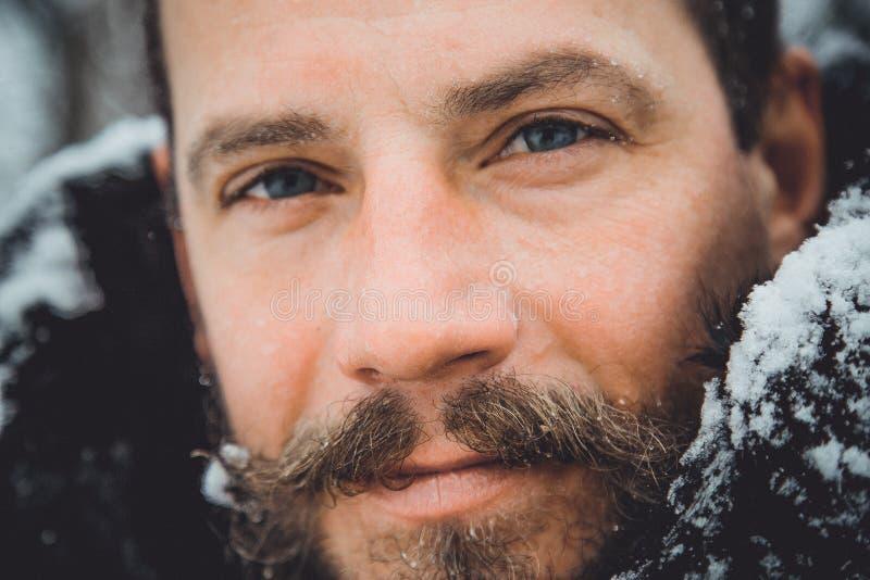 Porträt eines jungen gutaussehenden Mannes mit einem Bart Ein Personenabschluß oben eines bärtigen Mannes stockfotografie