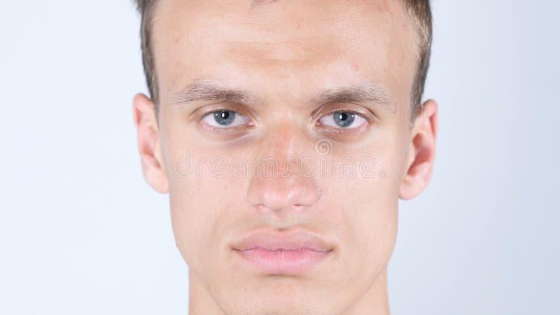 Porträt eines jungen hübschen kaukasischen Mannlächelns Männliche vorbildliche schauende Kamera lizenzfreie stockfotos