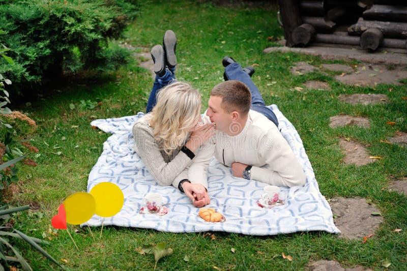 Porträt eines jungen heterosexuellen Paares, das auf den Park geht stockfotografie