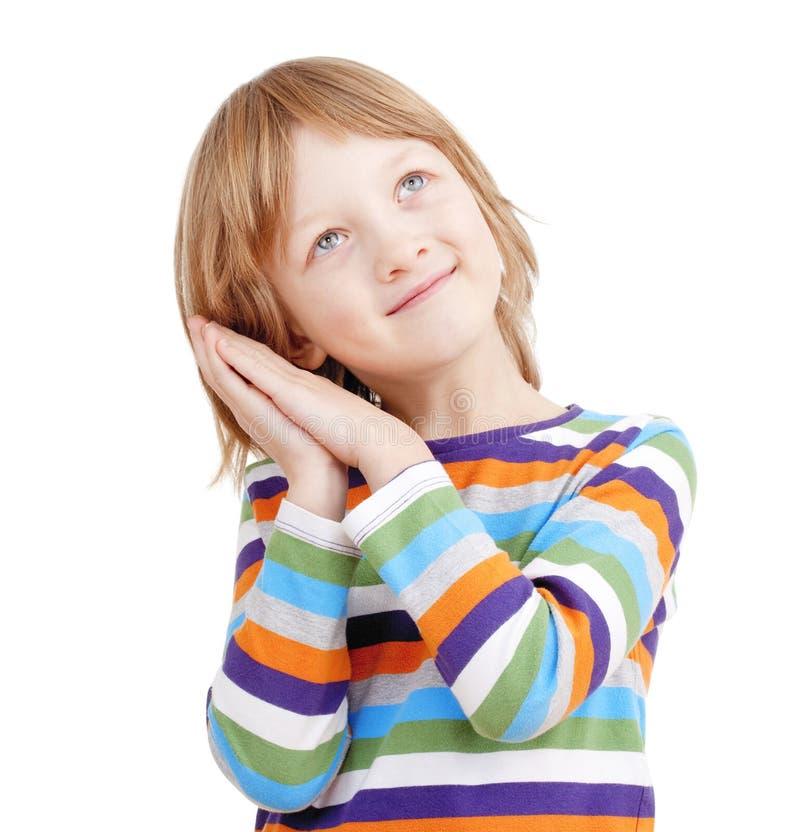 Porträt eines Jungen im bunten Hemd mit Kopf auf seinen Händen lizenzfreie stockbilder