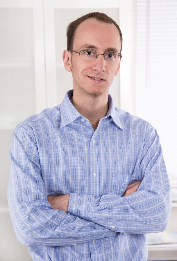 Porträt eines jungen lächelnden Geschäftsmannes im blauen Hemd. stockfoto