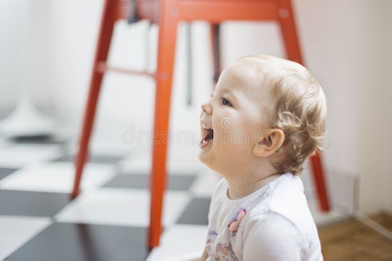 Porträt eines jungen lächelnden Mädchenspielens lizenzfreie stockfotografie