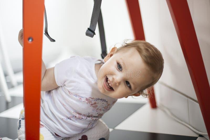 Porträt eines jungen lächelnden Mädchenspielens lizenzfreie stockfotos