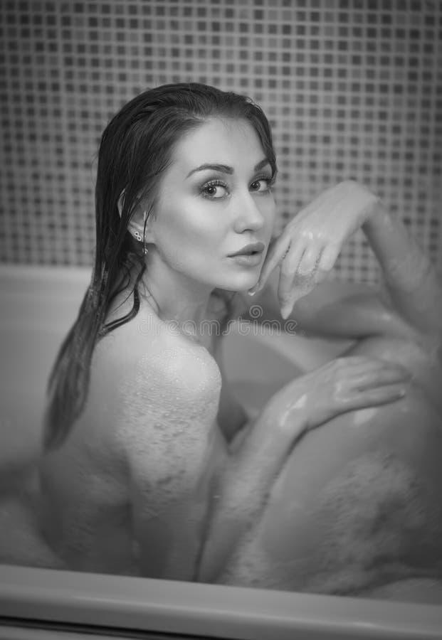 Porträt eines jungen Mädchens, das ein schulterfreies Bad nimmt lizenzfreie stockfotos