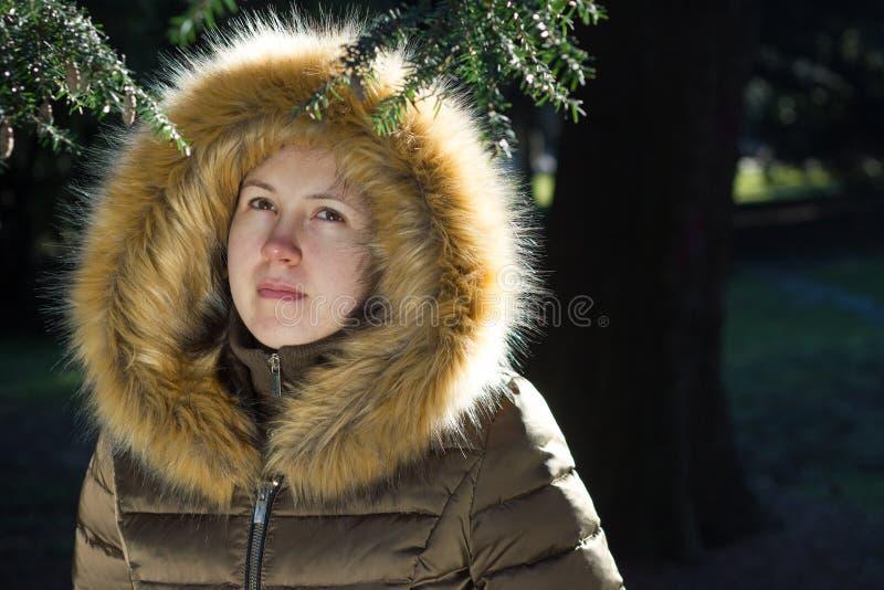 Porträt eines jungen Mädchens/des Jugendlichen im Park; das Schauen drücken nieder stockbilder