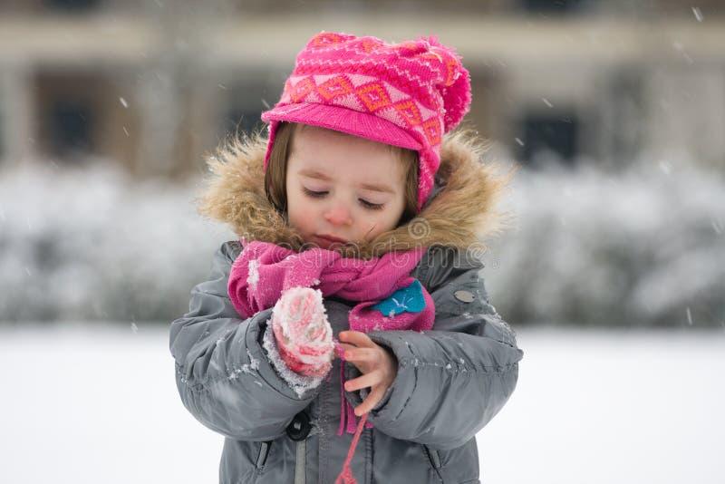 Porträt eines jungen Mädchens draußen im Schneewetter kleidete im Gewinn an lizenzfreie stockfotografie