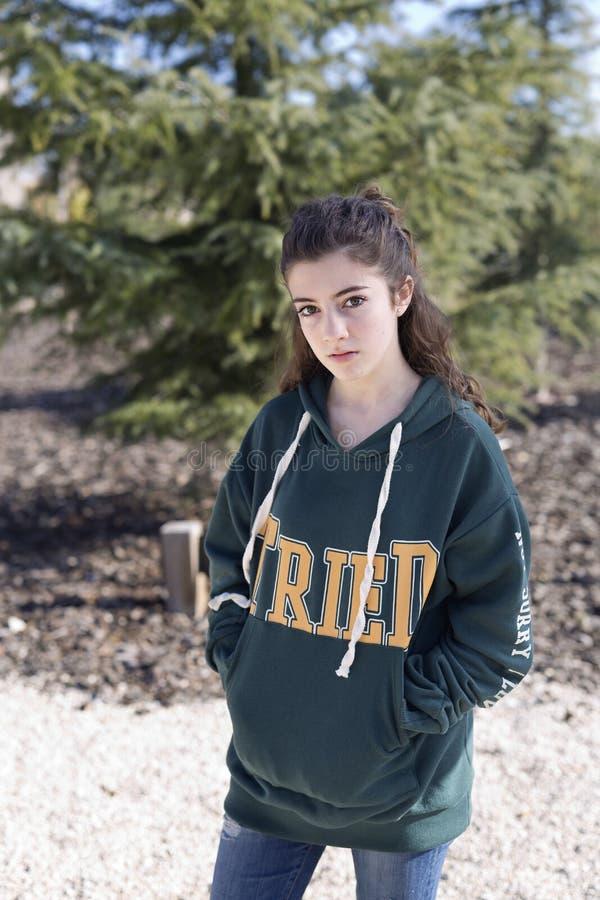 Porträt eines jungen Mädchens in einem Park lizenzfreies stockfoto