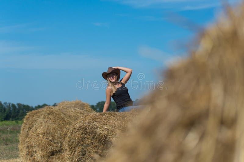Porträt eines jungen Mädchens im Freien lizenzfreie stockfotos
